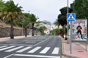 Anyone can join to the street gymnastics which is conducted on Paseo de Las Canteras