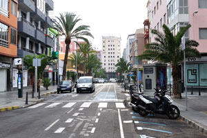 The street of Calle Olof Palme connects to Paseo de Las Canteras in this place